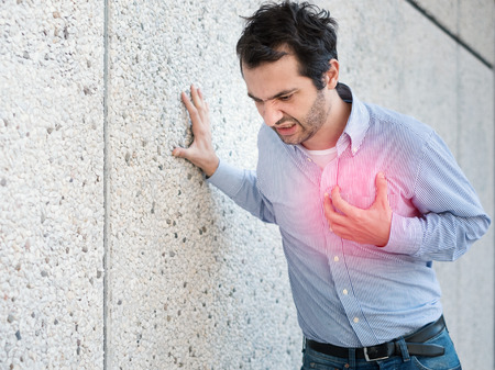 Foto de Man having a sudden heart attack and feeling bad - Imagen libre de derechos
