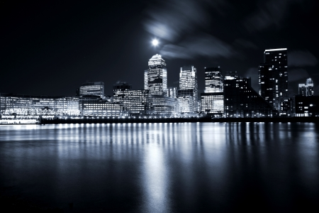 Photo pour Full moon over London skyscrapers - image libre de droit