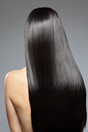 Photo pour Woman with long straight shiny luxurious hair - image libre de droit