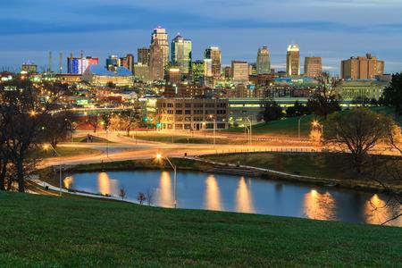 Foto de An elevated view of an early morning in Kansas City, Missouri in the fall time. - Imagen libre de derechos