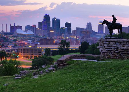 Photo pour View of Kansas City, Missouri skyline at dawn during golden light from the Kansas City Scout Memorial with all registered trademarks removed. - image libre de droit