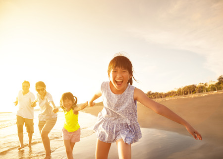 Foto per happy family running on the beach - Immagine Royalty Free