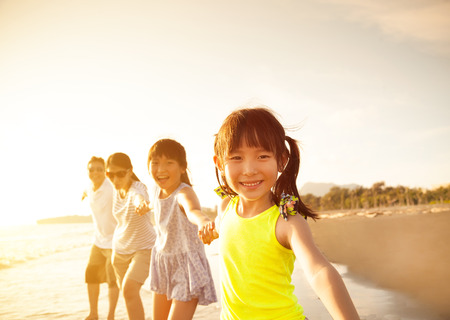 Foto per happy family walking on the beach - Immagine Royalty Free