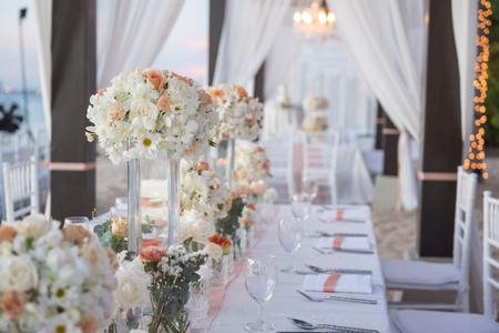 Photo pour wedding The elegant dinner table on the beach - image libre de droit