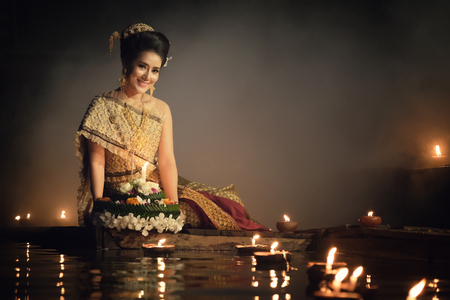 Photo pour Loy Krathong Traditional Festival, Thai woman hold kratong, Thailand, Asia woman in Thai dress traditional hold kratong and bring Krathong to float in Loi kratong day of Thailand. - image libre de droit