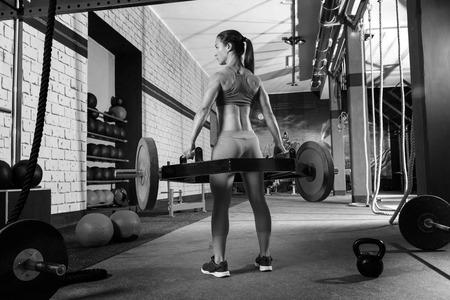 Photo pour Hex Dead Lift Shrug Bar Deadlifts woman at gym workout weightlifting - image libre de droit