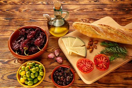 Foto de Mediterranean food bread oil olives cheese peppers garlic almods rosemary - Imagen libre de derechos