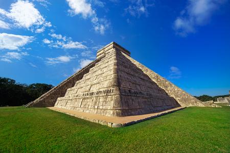 Photo pour Chichen Itza pyramid El Templo Kukulcan temple in Mexico Yucatan - image libre de droit