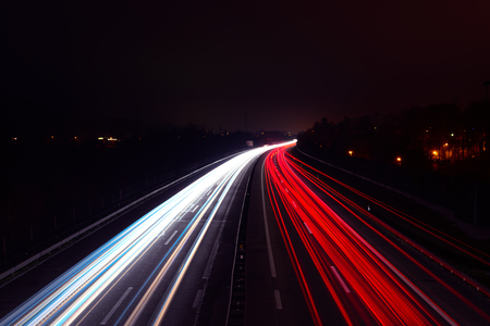 Photo pour Light trails of cars at night on a highway - image libre de droit