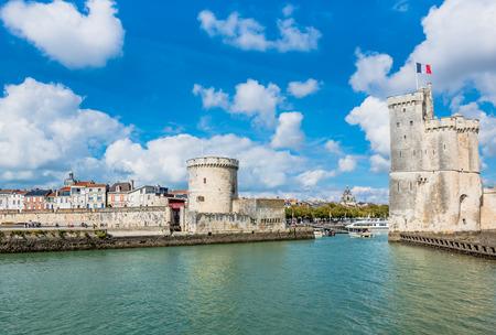Foto de Old Harbour towers of ancient fortress of La Rochelle France - Imagen libre de derechos