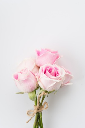 Photo pour white and pink rose bouquet on white background - image libre de droit