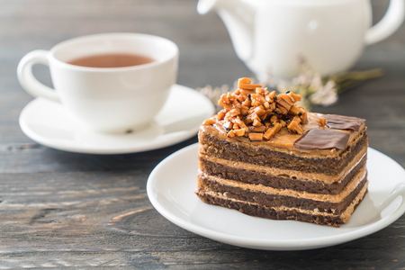 Photo pour coffee toffee cake with tea - image libre de droit