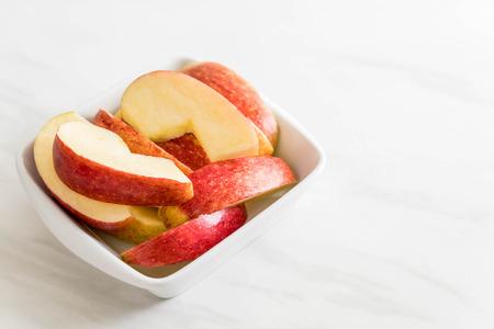 Photo pour fresh apple sliced in white bowl - image libre de droit