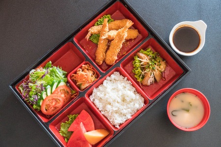 Photo pour fried shrimp in bento set - japanese food style - image libre de droit