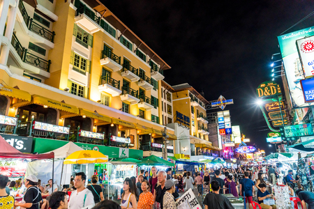Photo pour BANGKOK, THAILAND - JULY 27, 2017: Tourists and locals walk along popular backpacker destination Khao San Road. The area is famous for its street market in Thailand. - image libre de droit