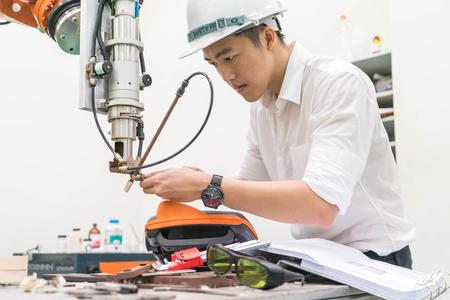 Foto de Electrical engineer working with a robot machine - Imagen libre de derechos