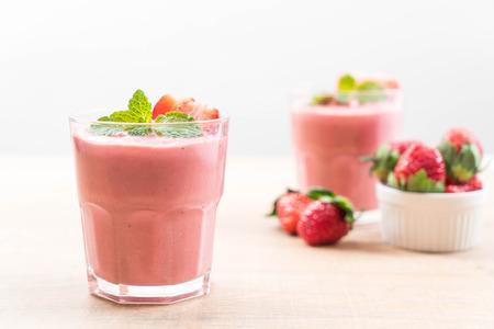 Foto de strawberry smoothies milkshake in glass - Imagen libre de derechos