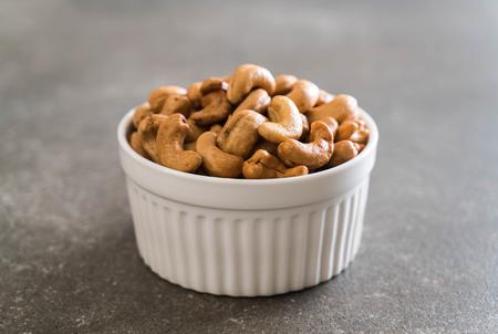 Foto de Roasted cashew nuts in bowl - Imagen libre de derechos