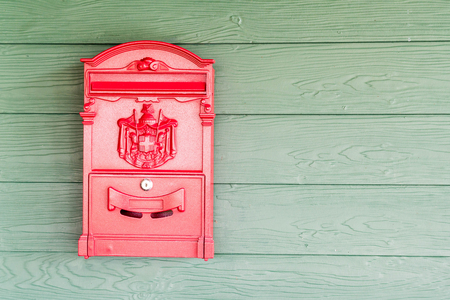 Foto de red post box on wall background - Imagen libre de derechos