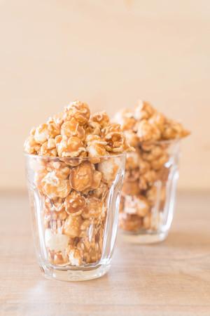 Foto de popcorn with caramel in bowl - Imagen libre de derechos