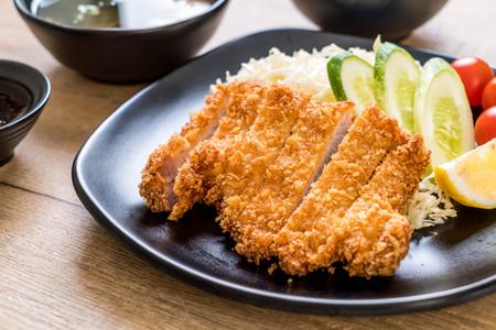 Photo pour Japanese deep fried pork cutlet (tonkatsu set) - Japanese food style - image libre de droit