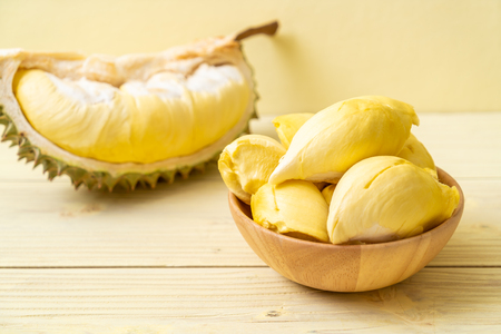 Photo pour Fresh Durian Fruit on wood background - image libre de droit