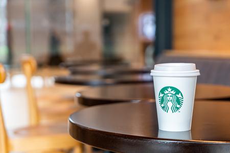 Foto de BANGKOK, THAILAND - June 29, 2018: Starbucks hot beverage coffee with holder on the table in Starbuck coffee shop. - Imagen libre de derechos