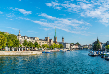 Foto de Zurich city center with famous Fraumunster and Grossmunster Churches and river Limmat at Zurich Lake - Imagen libre de derechos