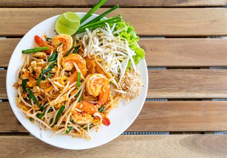 Photo pour pad thai (stir-fried rice noodles with shrimps) - Thai food - image libre de droit