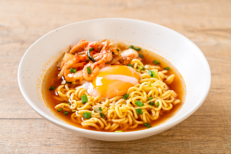 Photo pour Korean instant noodles with kimchi and egg - Korean ramen style - image libre de droit