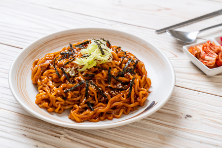 Photo pour Korean hot and spicy instant noodle with kimchi - korean food style - image libre de droit
