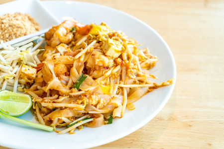 Photo pour Thai Fried Rice Noodle With Prawns and Shrimps (Pad Thai Gung Sod) - Thai Food Style - image libre de droit