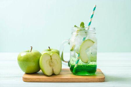 Foto de green apple soda on wood table - Imagen libre de derechos