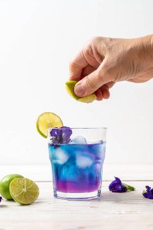 Photo pour butterfly pea juice with lime - Healthy drink - image libre de droit