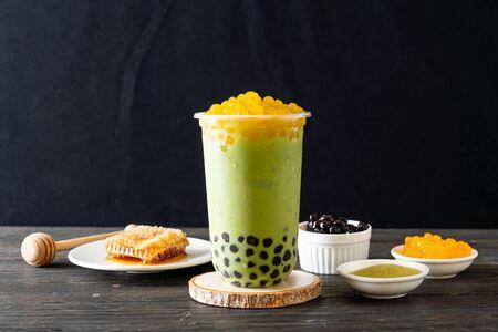 Foto de matcha green tea latte with bubble and honey bubbles - Imagen libre de derechos