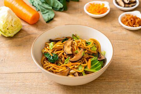 Foto per yakisoba noodles stir-fried with vegetable - vegan and vegetarian food - Immagine Royalty Free