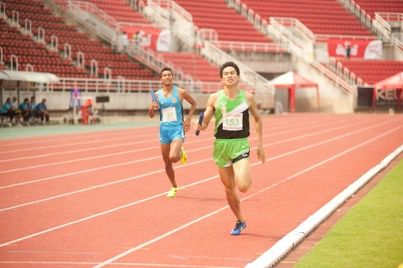 Photo pour PHATUMTANI,THAILAND-SEPTEMBER,6   Men player action 4 x 400 relay in Thailand Open Athletic Championship 2013 at Thammashat University stadium on September 6,2013 ,Phatumtani city in Middle of Thailand  - image libre de droit