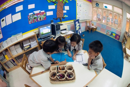 Foto de ฺBANGKOK,THAILAND - MARCH 22,2009 : Unidentified young students are learning about skills training in classroom at Amnuay Silpa school , Bangkok capital city, Middle of Thailand. - Imagen libre de derechos