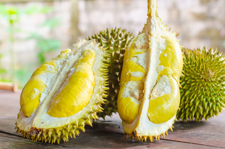 Photo pour Durian riped and fresh ,durian peel with yellow colour on wooden table. - image libre de droit