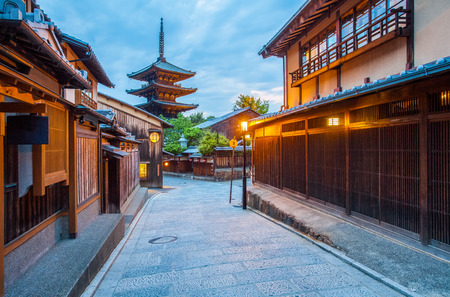 Photo pour Japanese pagoda and old house in Kyoto at twilight - image libre de droit