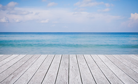 Photo pour Wooden floor with beautiful ocean and blue sky - image libre de droit