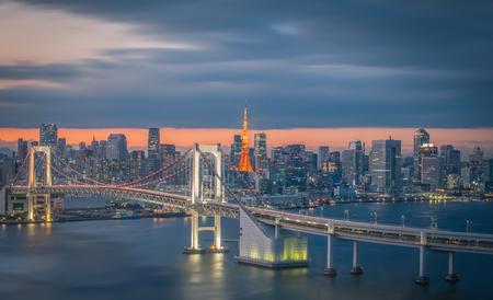 Photo pour Tokyo city view with Tokyo rainbow bridge and Tokyo Tower - image libre de droit