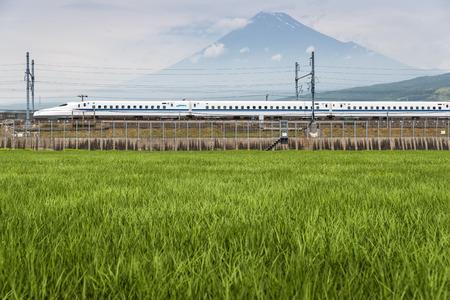 Foto de Shizuoka - July 03 : Shinkansen bullet train and Mountain Fuji on July 03 , 2017 , Shizuoka ,Japan. Shinkansen is world's busiest high-speed railway operated by four Japan Railways companies. - Imagen libre de derechos