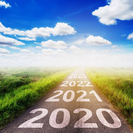 Photo pour Empty asphalt road and New year 2020 concept. Driving on an empty road to Goals 2020. - image libre de droit