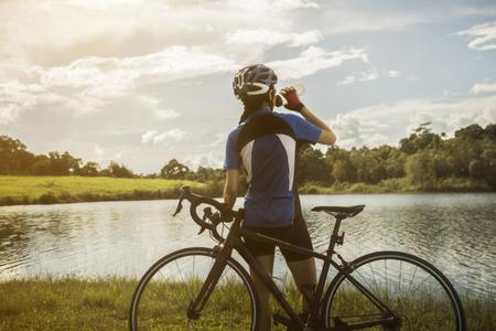 Foto de Woman cyclist relaxing drink water from the exercise - Imagen libre de derechos