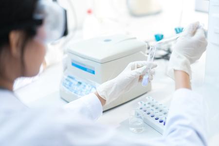 Foto de Scientists are experimenting with drip chemicals into test tubes - Imagen libre de derechos