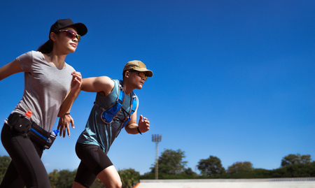 Foto de Asian Runner are rehearsing jogging, running on the pitch. - Imagen libre de derechos