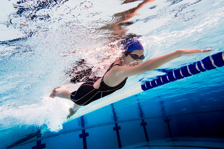 Photo pour Woman swimming pool.Underwater photo - image libre de droit