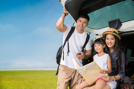 Photo pour Asian family planning a trip mother and daughter looking at map - image libre de droit