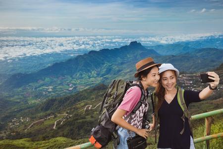 Foto de Asian tourists are enjoying the selfie with friends. They have come to the mountains of Phu Tubberk - Imagen libre de derechos